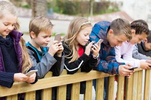 Enfant-sur-smartphone
