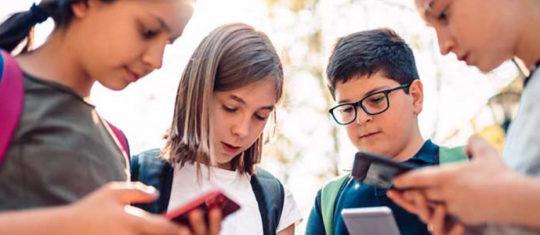 Enfants regardants leurs smartphones